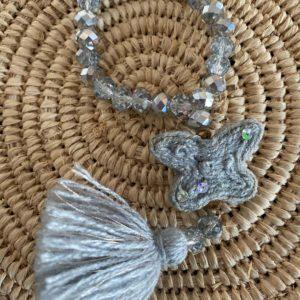 Bracelet perles de verre diamant papillon laine gris clair Jil D'Hostun